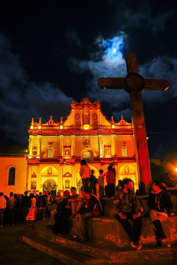 Huvudsaklig fyrkant av San Cristobal de Las Casas, Mexico med domkyrkan royaltyfri foto