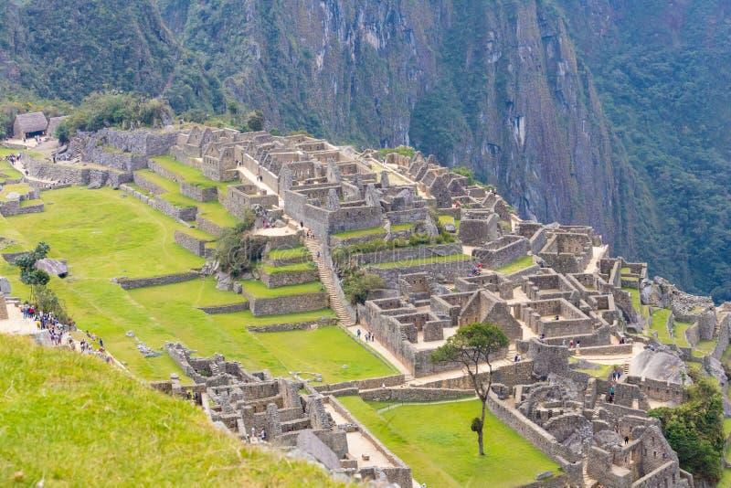 Huvudsaklig fyrkant de tre portalerna och Acllahuasien Machu Picchu Peru royaltyfria bilder