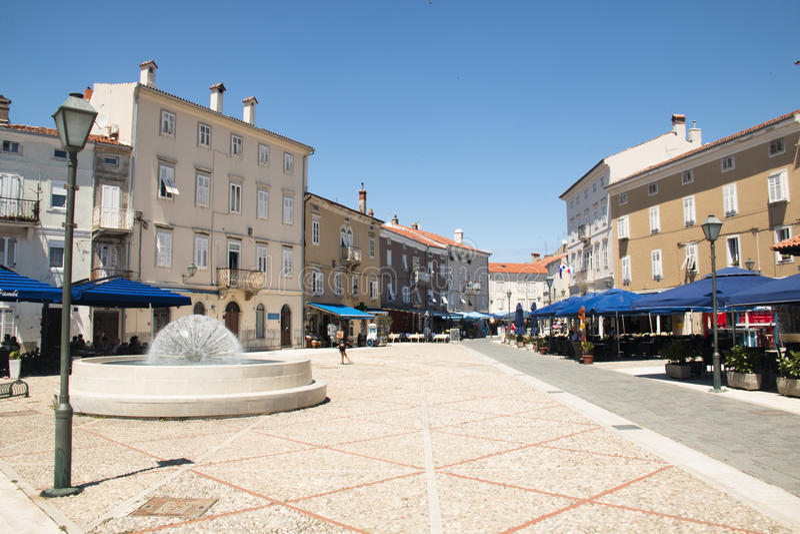 Huvudsaklig fyrkant i Cres, Kroatien royaltyfria foton
