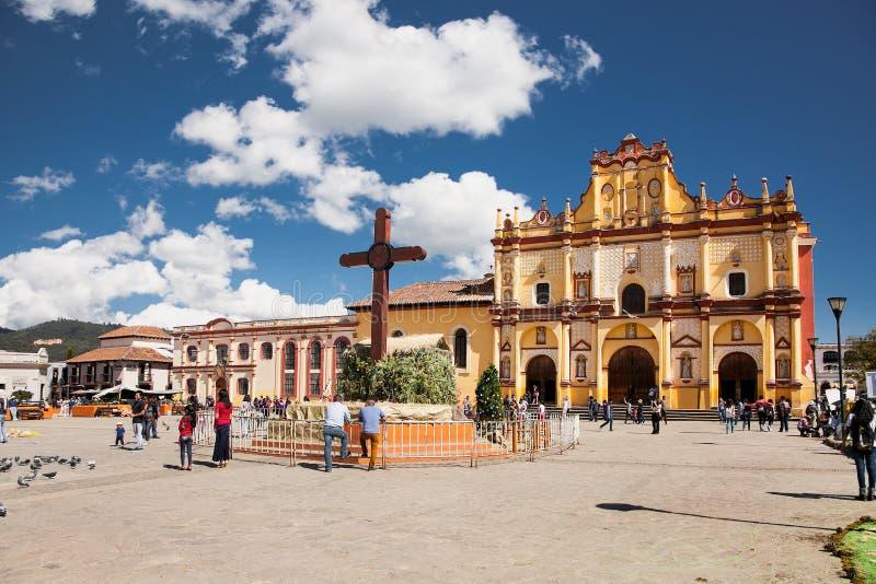 Huvudsaklig fyrkant med domkyrkan i San Cristobal de Las Casas, Mexico arkivbild