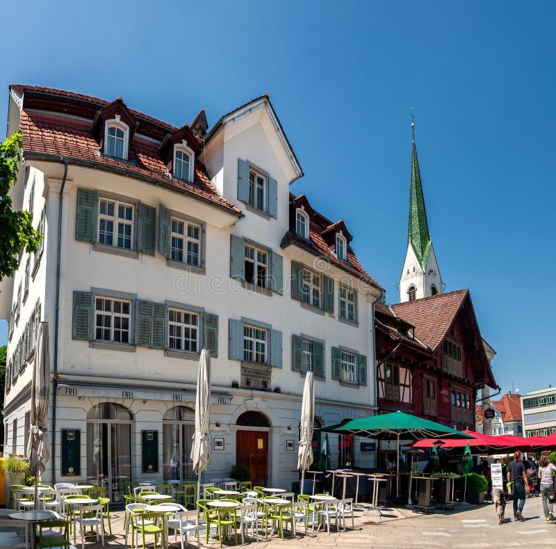 Huvudsaklig fyrkant och rött hus i Dornbirn Österrike royaltyfria bilder