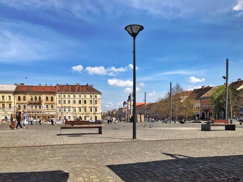 Huvudsaklig fyrkant på en solig dag i Cluj Napoca, Rumänien arkivbilder