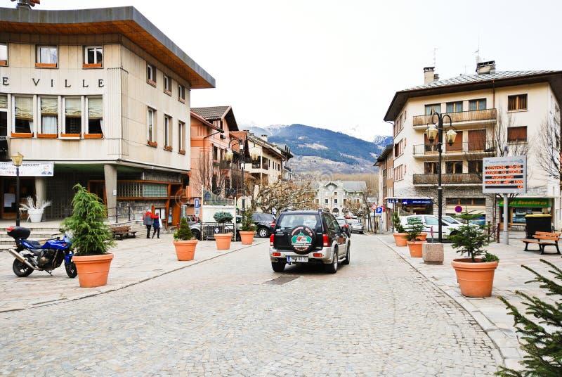 Huvudsaklig gata av den Bourg helgonMaurice byn, Frankrike arkivfoto