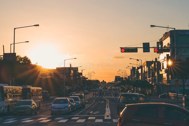 Huvudsaklig gata av den Jeju ön under aftons solnedgång arkivbilder