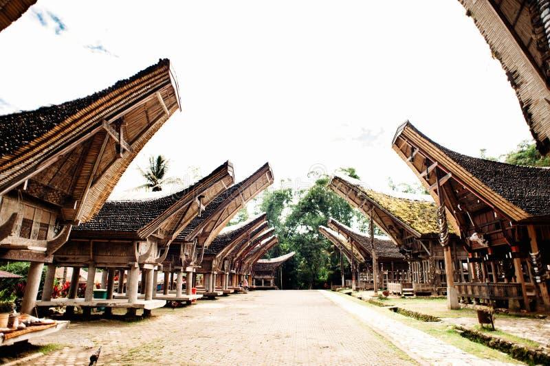 Huvudsaklig gata av den traditionella Tana Toraja byn, tongkonan hus och byggnader Kete Kesu, Rantepao, Sulawesi, Indonesien arkivbilder