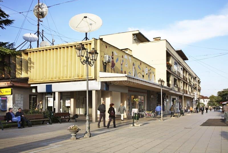 Huvudsaklig gata i Gevgelija macedonia arkivbilder