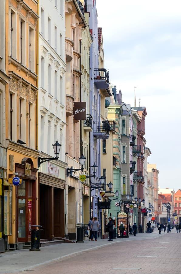 Huvudsaklig gata i Torun (Polen) arkivfoton