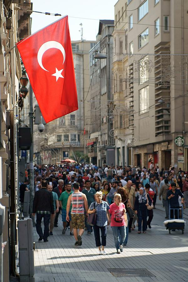 Huvudsaklig gata Istiklal Caddesi i Istanbul med den stora nationsflaggan royaltyfri bild