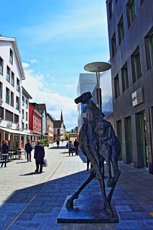 Huvudsaklig gata Vaduz Liechtenstein för modern konst arkivbild