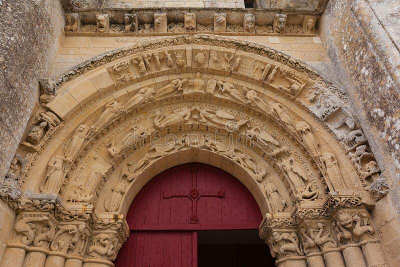 Huvudsaklig ingång av den Aulnay de Saintonge kyrkan arkivbilder