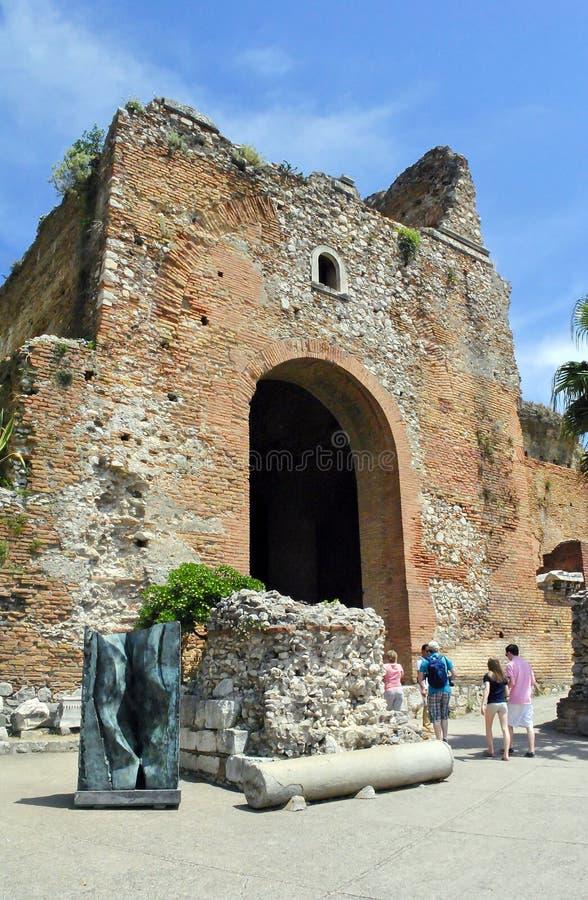 Huvudsaklig ingång av den forntida teatern av Taormina i Sicilien arkivfoto