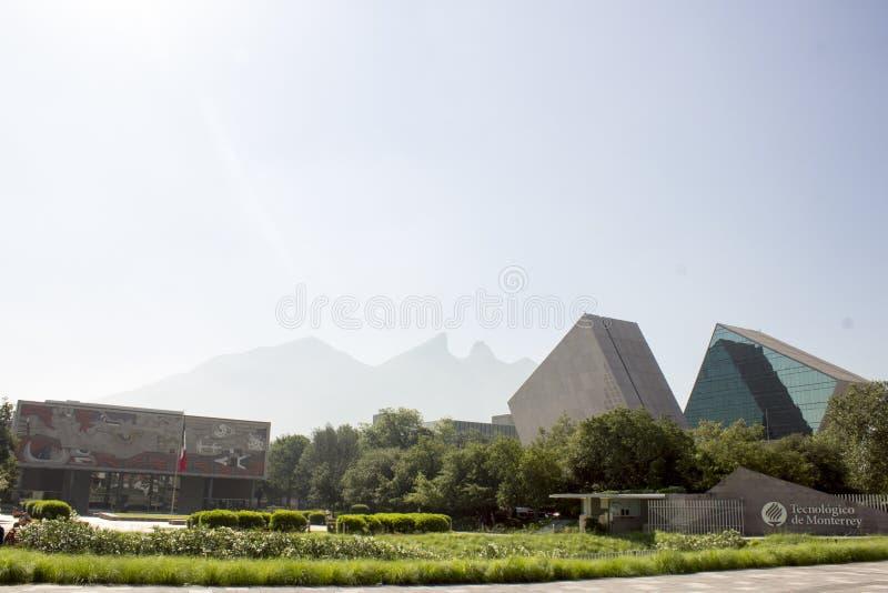 Huvudsaklig ingång av den Instituto Tecnolà ³gicoen y de Estudios Superiores av Monterrey i Monterrey, Nuevo Leon, Mexico fotografering för bildbyråer