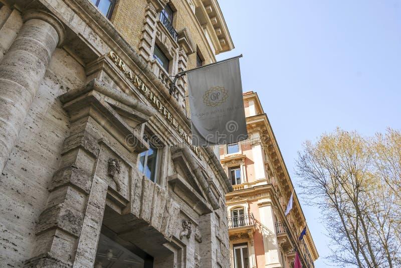Huvudsaklig ingång av den storslagna hotellslotten i Rome arkivfoton