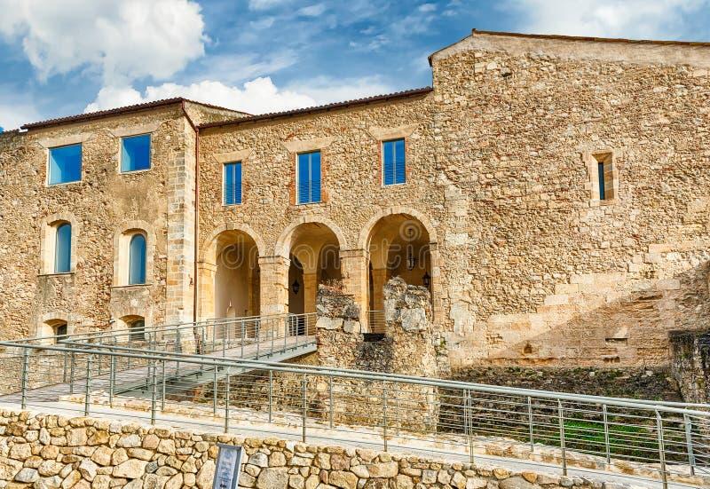 Huvudsaklig ingång av den Swabian slotten av Cosenza, Italien arkivfoton