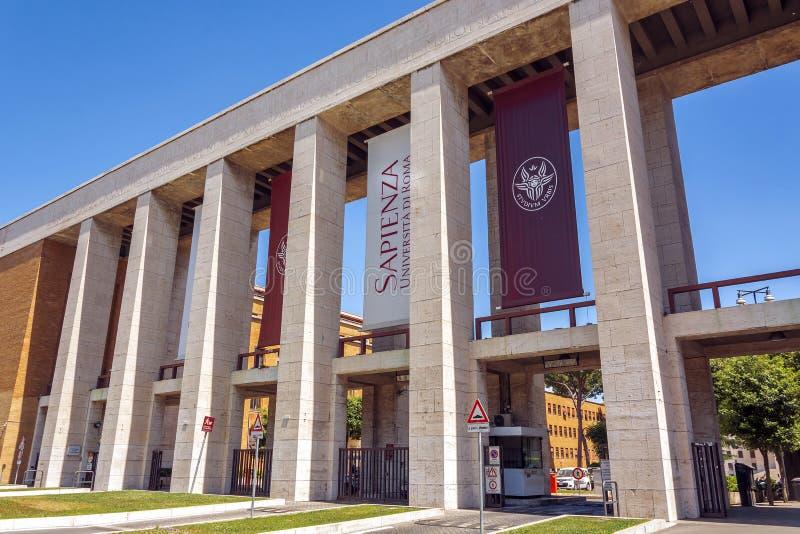 Huvudsaklig ingång av det Sapienza universitetet av Rome royaltyfria foton