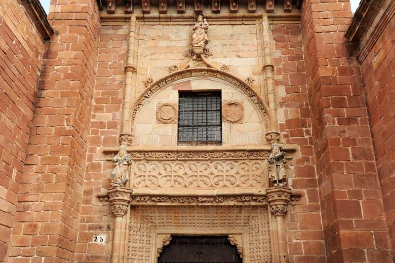 Huvudsaklig ingång av kyrkan av helgonet Bartholomew San Bartolomé Montoro landskap av Cordoba, Andalusia, Spanien arkivbild