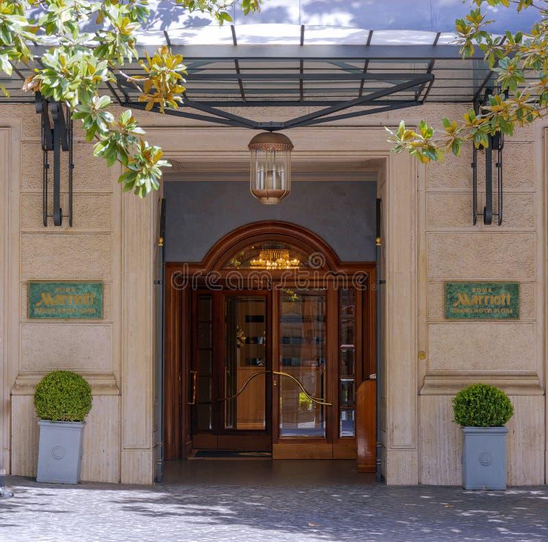 Huvudsaklig ingång av Marriot den storslagna hotellfloran i Rome royaltyfri foto