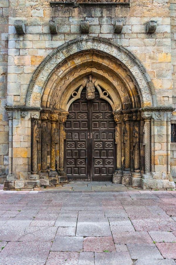Huvudsaklig ingång av romanesuekyrkan av Santa Maria de la Oliva arkivfoton