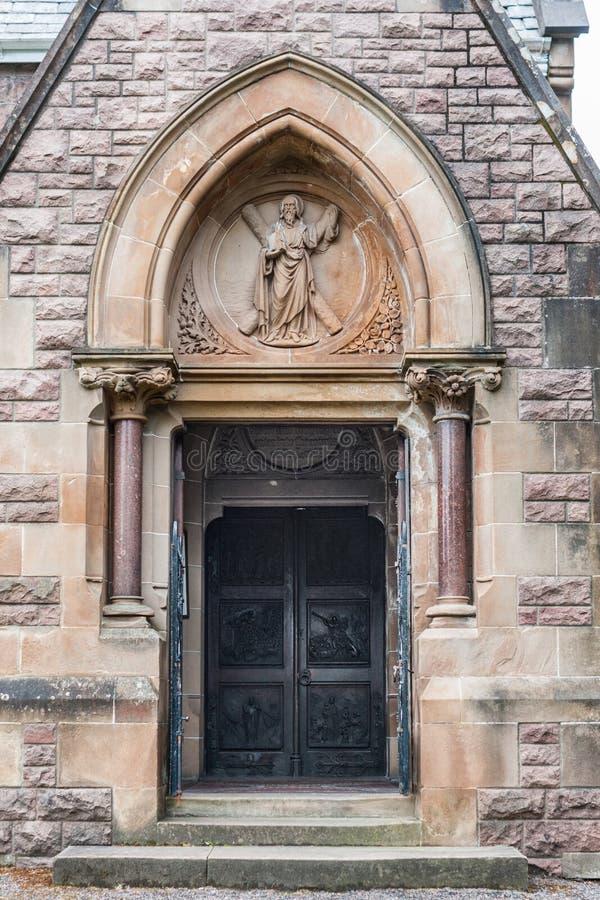 Huvudsaklig ingång in i helgonet Andrews Church, fort William Scotland royaltyfria bilder