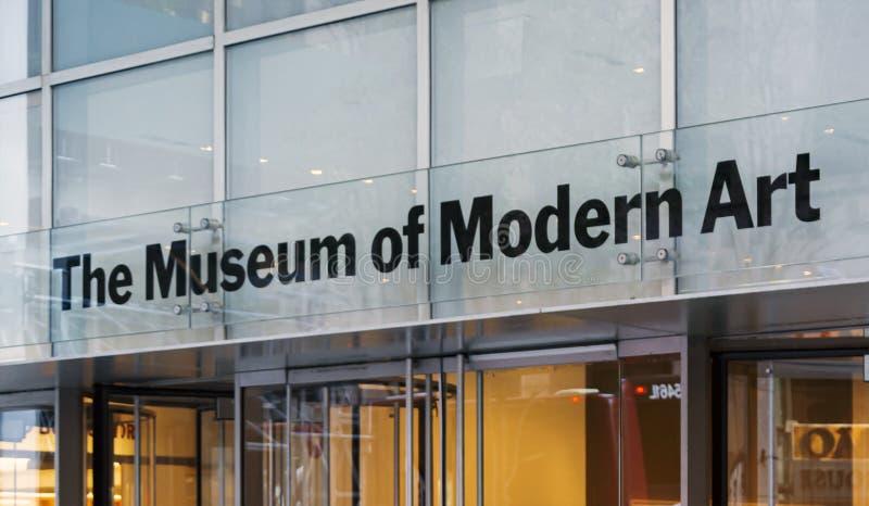 Huvudsaklig ingång med exponeringsglasdörrar av MoMAen (museum av modern konst) i Manhattan, New York arkivbilder