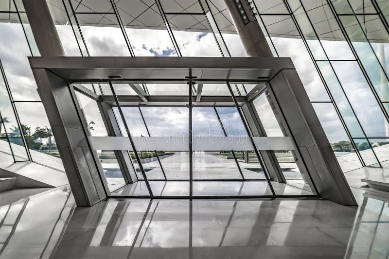 Huvudsaklig ingång till det Etihad museet, dörrar för glidningsexponeringsglas som är moderna royaltyfri bild