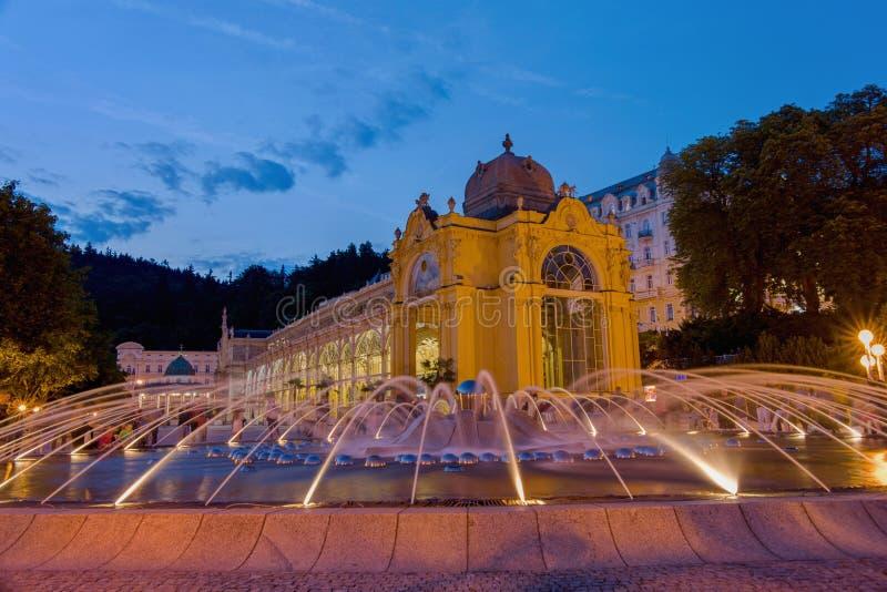 Huvudsaklig kolonnad- och sjungaspringbrunn - Marianske Lazne - Marienbad - Tjeckien arkivbilder