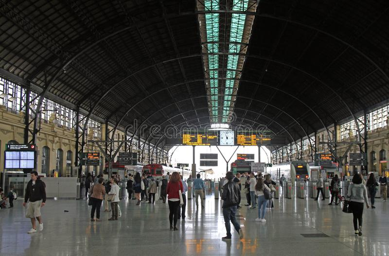 Huvudsaklig korridor av den nordliga drevstationen i Valencia fotografering för bildbyråer