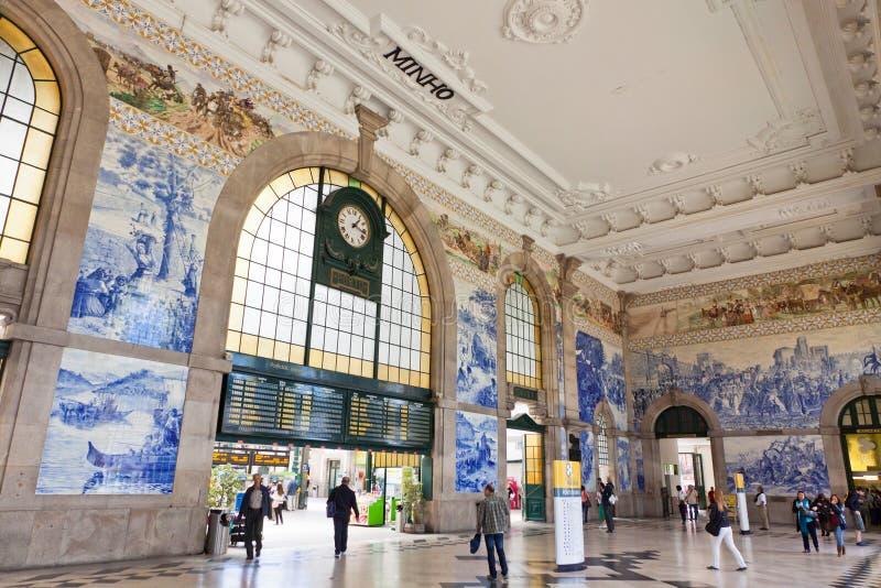 Huvudsaklig korridor av Sao Bento Railway Station i den Porto staden, Portugal royaltyfri bild