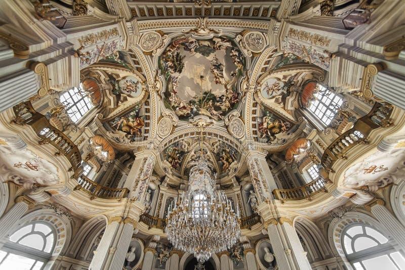 Huvudsaklig korridor i Stupinigi den kungliga jaga slotten royaltyfri fotografi