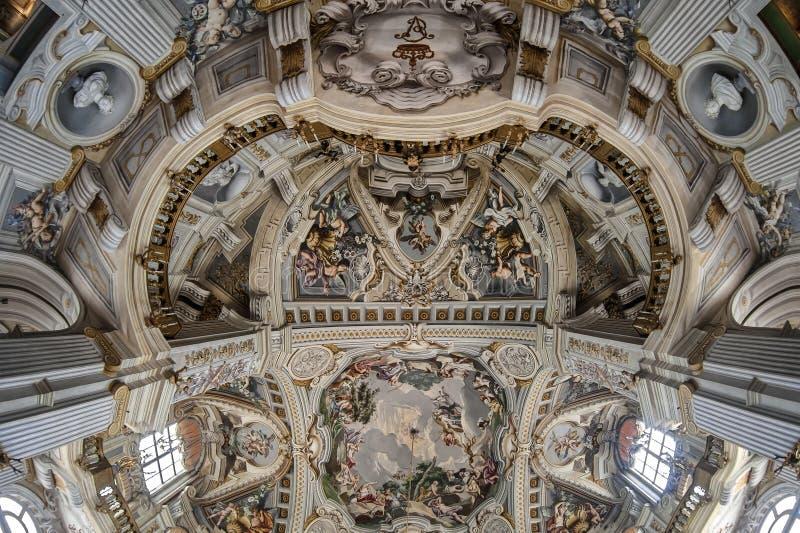 Huvudsaklig korridor i Stupinigi den kungliga jaga slotten royaltyfria foton