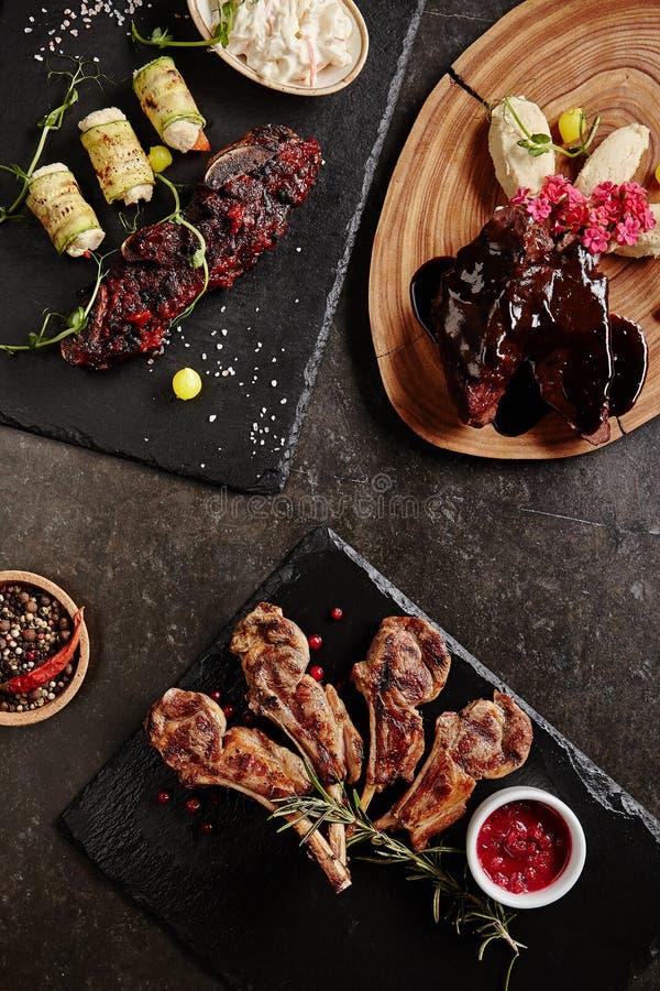 Huvudsaklig kurs för kött med lammkotletter, nötköttstöd och lammkinder royaltyfri bild