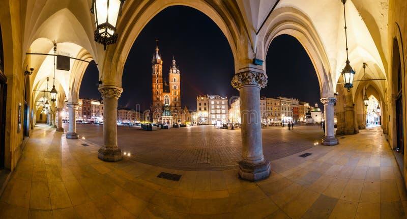Huvudsaklig marknadsfyrkant i Krakow Krakow ?r en av den mest h?rliga staden i Polen royaltyfria bilder
