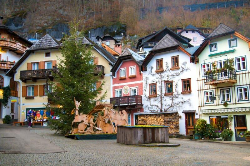 Huvudsaklig marknadsfyrkant med traditionella hus i den berömda kulturarvbyn av Hallstatt i Österrike, Europa arkivfoton