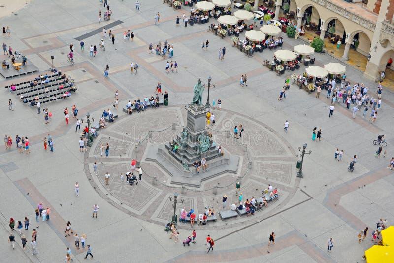Huvudsaklig marknadsfyrkant som ses från den StMary kyrkan, Krakow, Polen fotografering för bildbyråer
