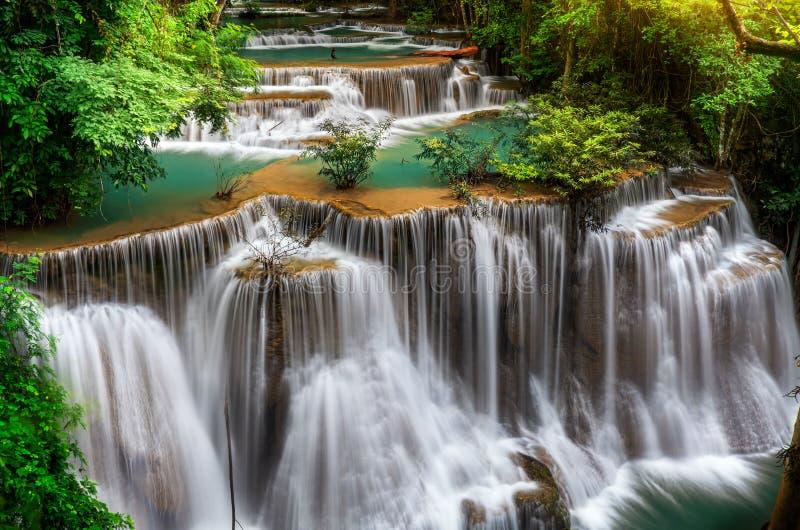 Huvudsaklig nivå av Huai Mae Kamin Waterfall arkivfoto