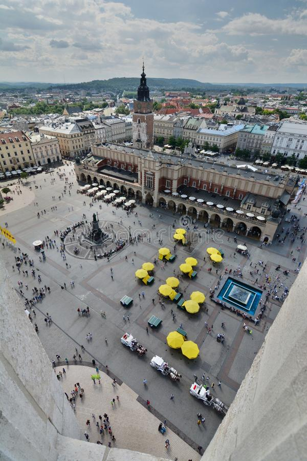 Huvudsaklig sikt för marknadsfyrkant från torn för basilika för St Mary ` s krakow poland arkivfoto