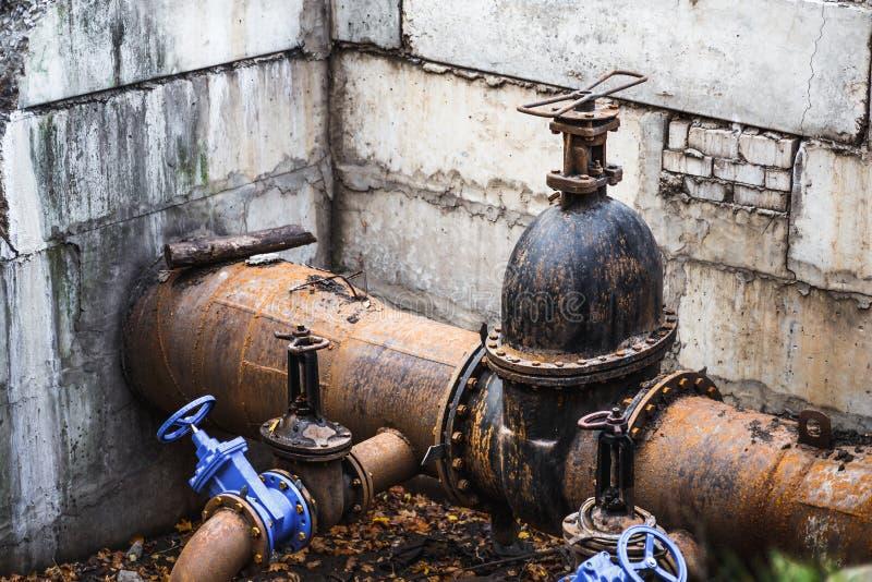 Huvudsaklig stadsvattenförsörjning Stads- metallrörkloak eller avloppsnät och uppvärmning royaltyfri fotografi