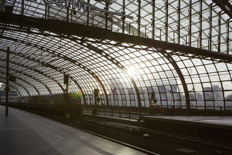 Huvudsaklig station för Berlin drev (Hauptbahnhof) arkivbilder