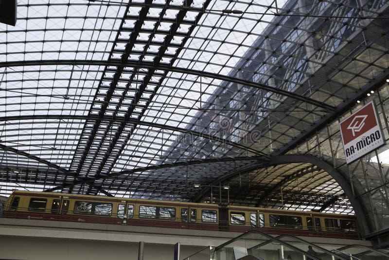 Huvudsaklig station för Berlin drev (Hauptbahnhof) fotografering för bildbyråer