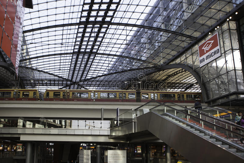 Huvudsaklig station för Berlin drev, Hauptbahnhof arkivfoto