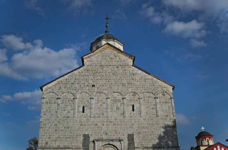 Huvudsaklig stenkyrka i kloster Kovilj, Serbien royaltyfria foton
