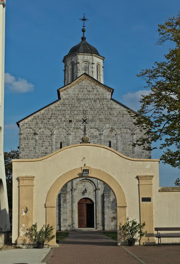 Huvudsaklig stenkyrka i kloster Kovilj, Serbien royaltyfri foto