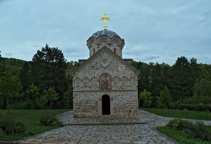 Huvudsaklig stenkyrkakloster Hopovo i Serbien royaltyfria foton