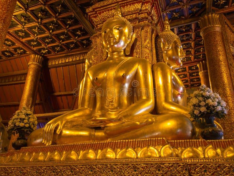 Huvudsakliga buddha guld- statyer i Wat Phu Mintr royaltyfri bild