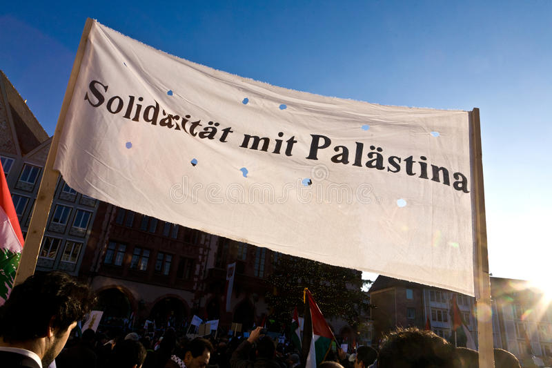 Folket i huvudsakliga Frankfurt - förmiddag - visar mot bombningen av Gaza arkivbilder