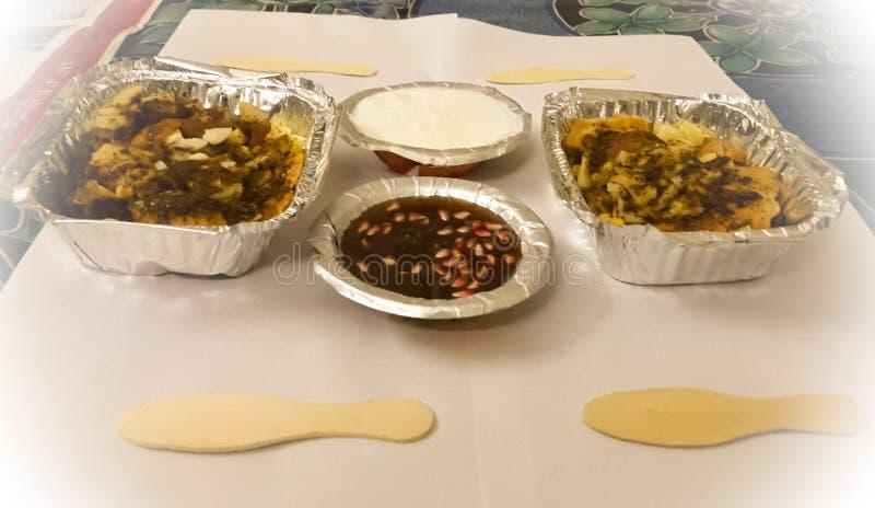 Huvudsakliga ingredienser av en populär gatamat från den indiska subkontinenten kallade Papdi Chaat arkivfoton
