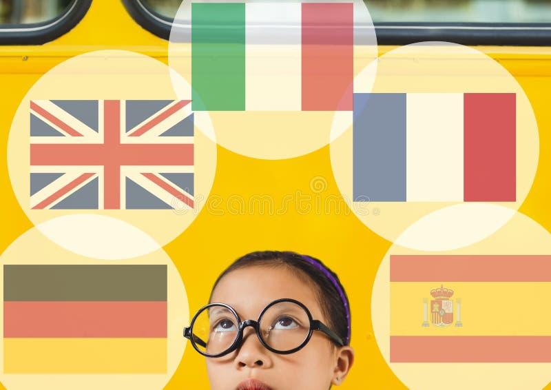 huvudsakliga språkflaggor runt om flicka Skolbussbakgrund arkivfoto