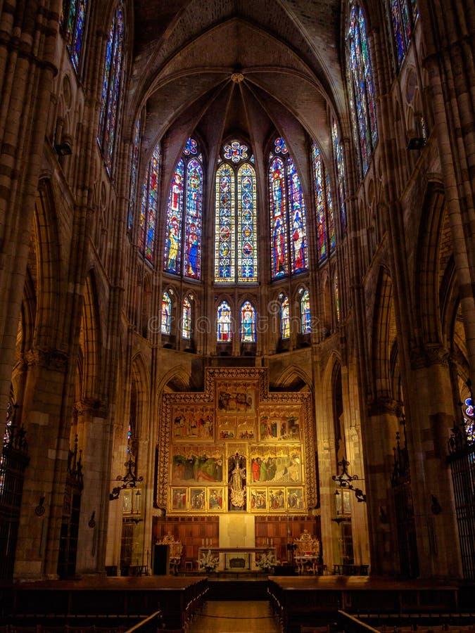 Huvudsakligt altare i den halvcirkelformiga absid - Leon royaltyfri bild