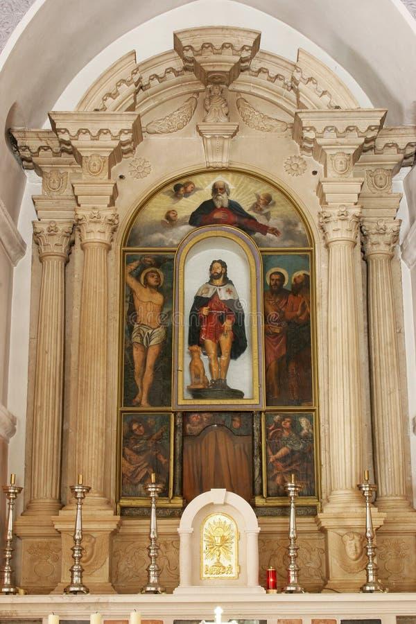 Huvudsakligt altare i kyrkan av helgonet Roch i Lumbarda, Korcula ö, Kroatien arkivbild