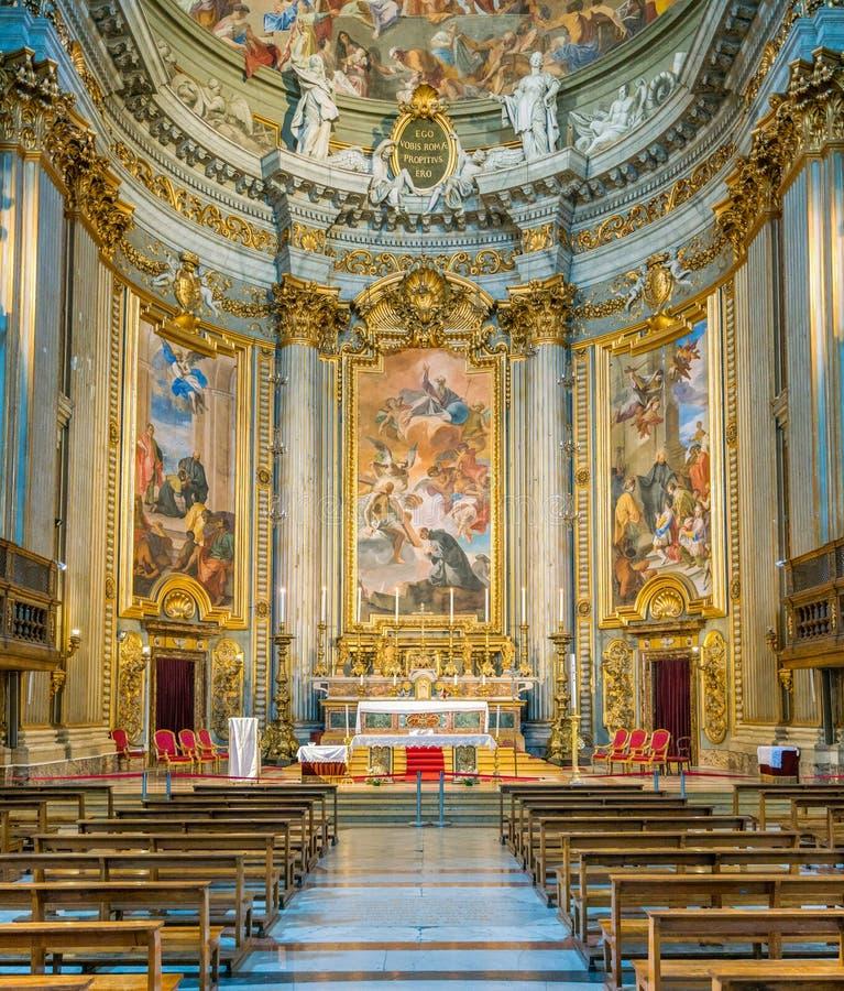 Huvudsakligt altare med platser från livet av St Ignatius av Andrea Pozzo, i kyrkan av St Ignatius av Loyola i Rome, Italien royaltyfria bilder